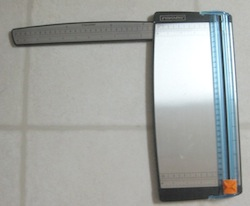 Sliding blade trimmer used in scrapbook and card making